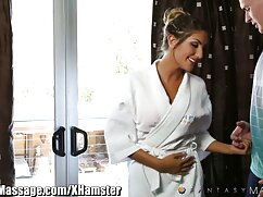 یک خانم بلوند در یک پوشش لاستیکی پیچ سکس پارتی گروهی