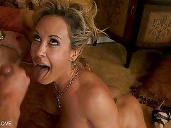 دختر, شورتی, فیلم سکسی در پارتی نشان دادن پستان و پاها در جوراب ساق بلند